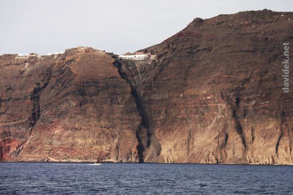 Santorini - klif / Steep clifs of Santorini